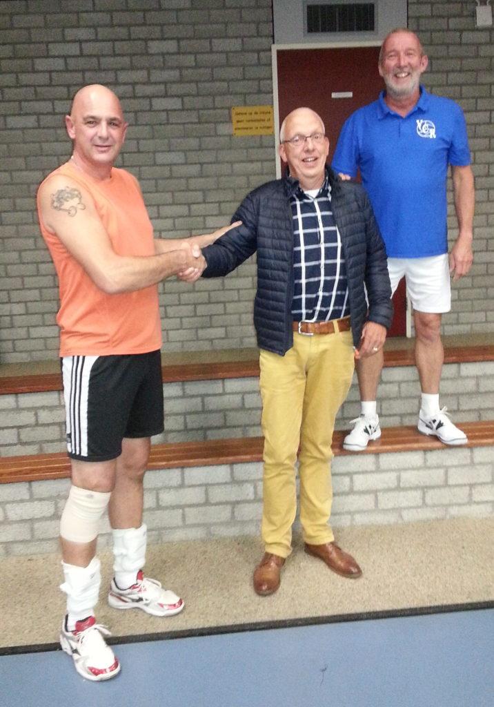 Vice-voorzitter Peter Dingsté en trainer Jan Boomsma bedanken Gerrit voor de vele jaren volleybalplezier